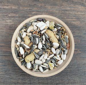 Abbildung: Papageien mit Erdnüssen Futter